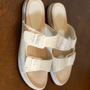 Fashion Nova white/beige scale print sandals